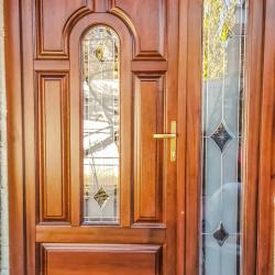 Usa exterior cu geam ornamental